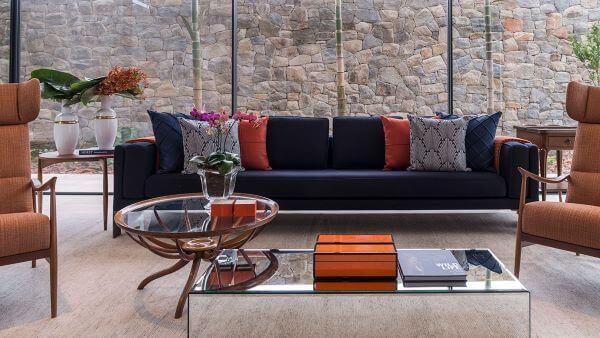 Sofá azul marinho e decoração com vaso de flor para sala moderna