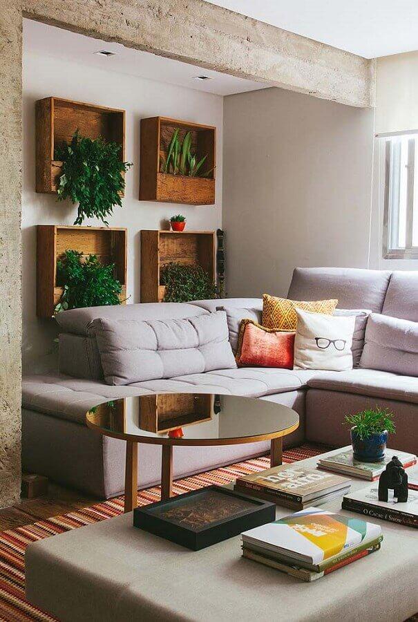 Sofá cinza de canto para decoração de sala com plantas na parede Foto Revista Artesanato