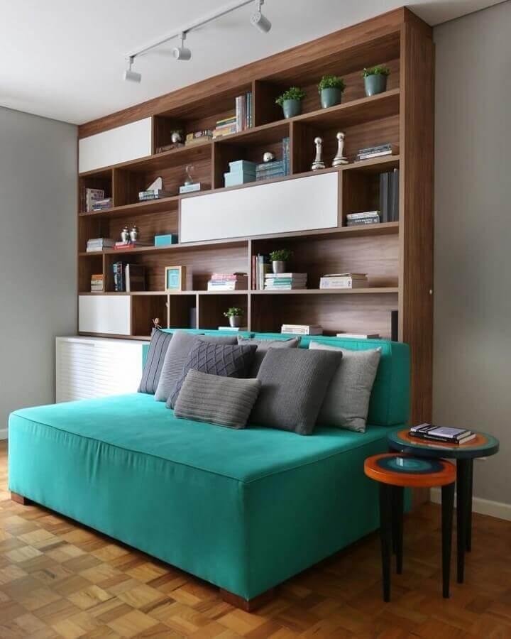 Sofá sem braço cor ciano para decoração de sala com estante de madeira Foto GF Projetos