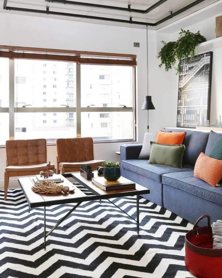 Tapete chevron para decoração de sala com plantas naturais e sofa azul Foto Mandril Arquitetura