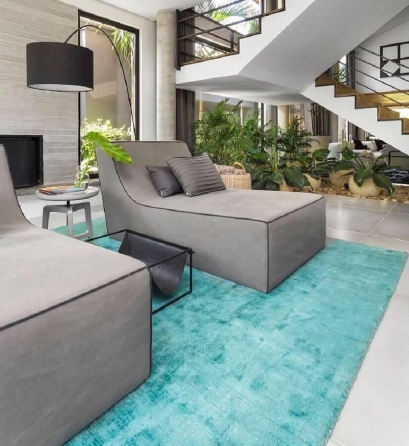 Tapete cor azul ciano para decoração de sala moderna com poltrona diva cinza confortável Foto Asenne Arquitetura