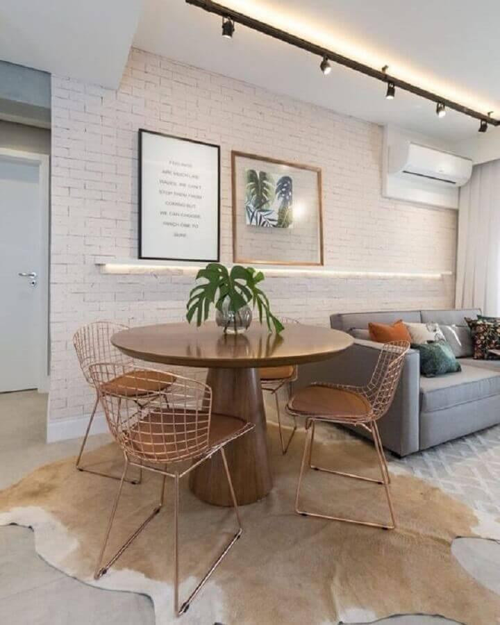 Tapete de couro para sala de estar e jantar integradas decoradas com parede de tijolinho branco Foto Natalia de Bona Arquitetura