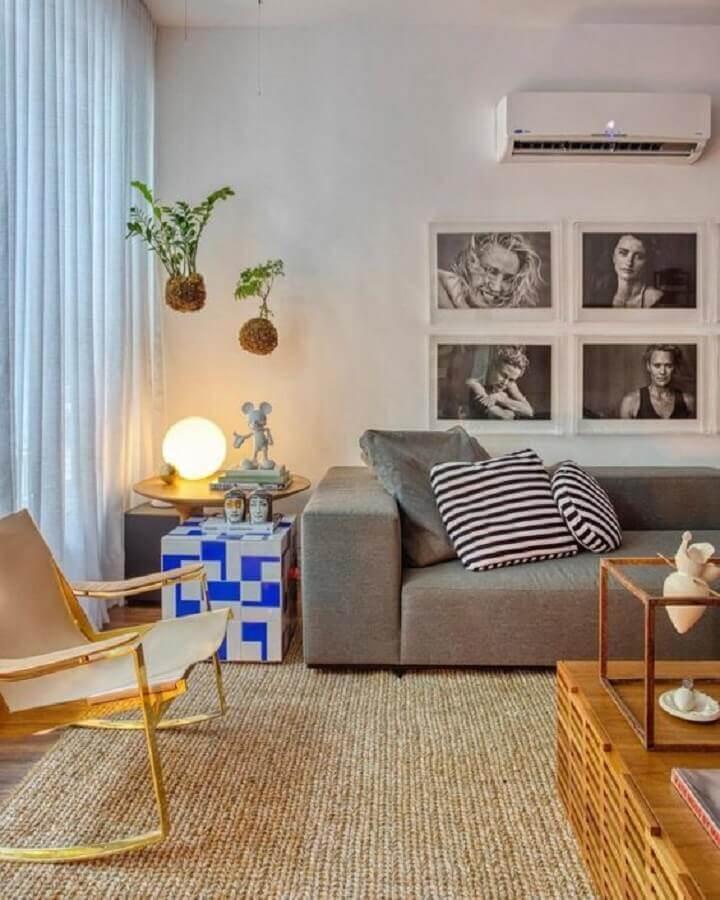 Tapete rustico para decoração de sala com plantas suspensas e sofa cinza Foto Studio RO+CA