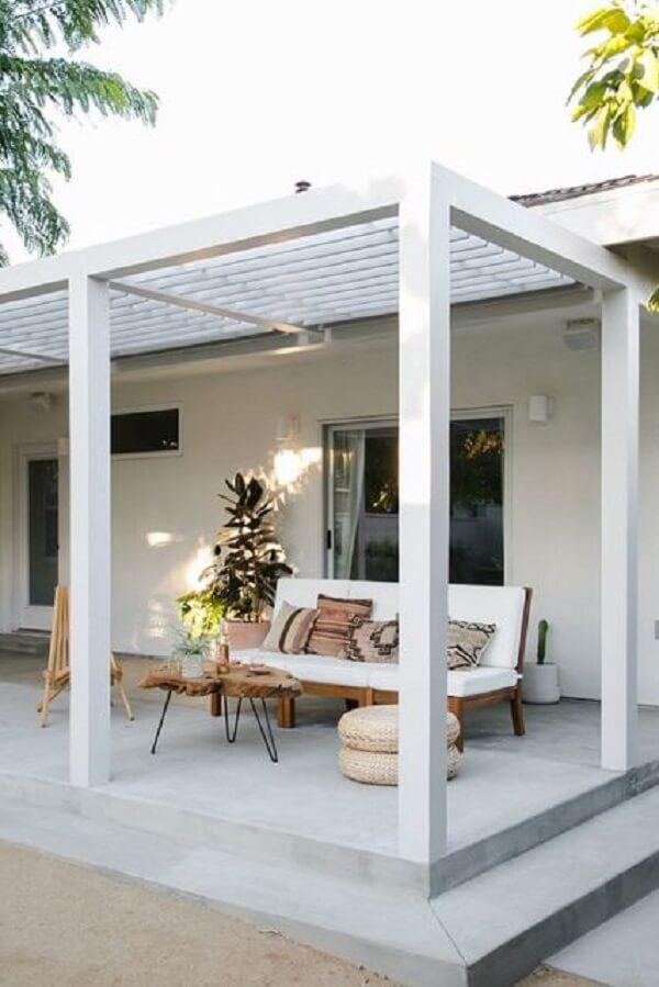 Terraço acolhedor com móveis de madeira e pergolado de concreto. Fonte: Decorei