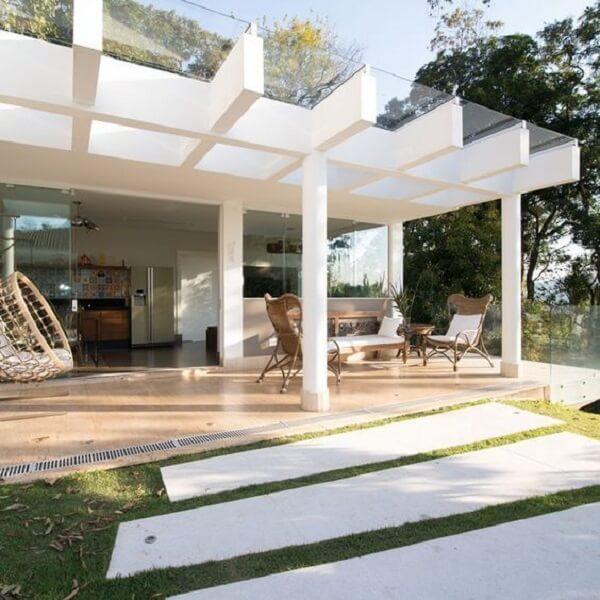 Terraço com cobertura de pergolado de concreto com vidro. Fonte: Arkpad