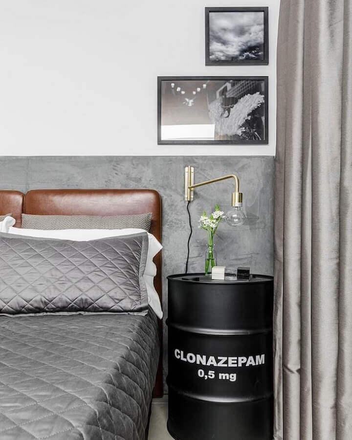 Tonel decorativo para quarto cinza e branco decorado com cabeceira almofadada de couro Foto Tiago Rocha Interiores