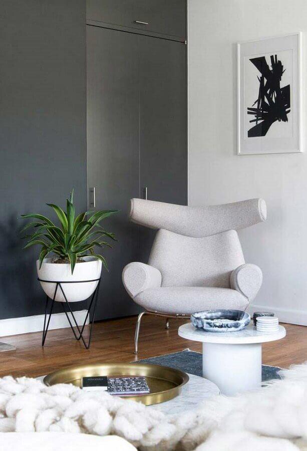 Tons de cinza para decoração de sala com plantas e poltrona moderna Foto Behance