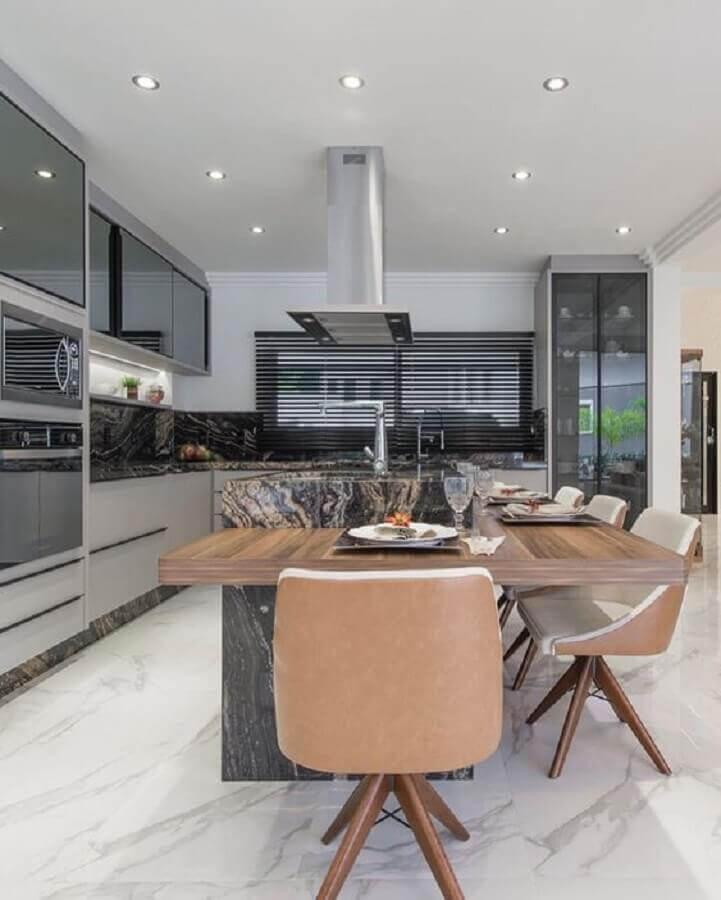 Tons de cinza para decoração moderna de cozinha planejada grande com ilha Foto Ronald Pimentel