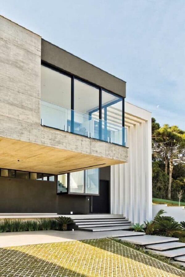 Traga um toque de sofisticação para a fachada do imóvel fazendo uso do pergolado de concreto. Fonte: CASASUL