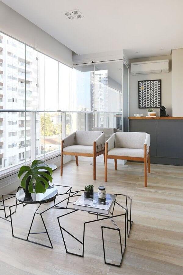 Varanda de apartamento decorada com poltrona branca Foto Degrade Decoração