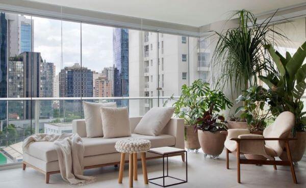 Varanda de vidro com chaise longue área externa branco e sofisticado