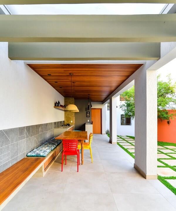 Varanda gourmet com pergolado de concreto pré moldado. Fonte: Mateus Castilho