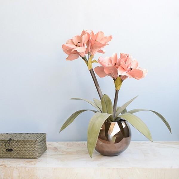 Vaso de amarilis artificial para decoração de casa