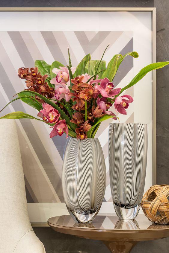 Vaso de flores para canto de sala na mesa lateral perto da poltrona