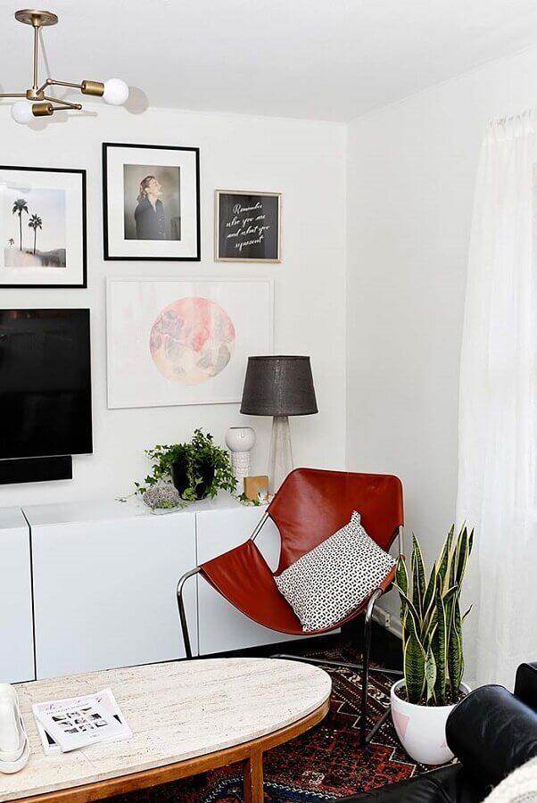Vasos com plantas para decoração de sala branca com quadros na parede Foto Decor Fácil