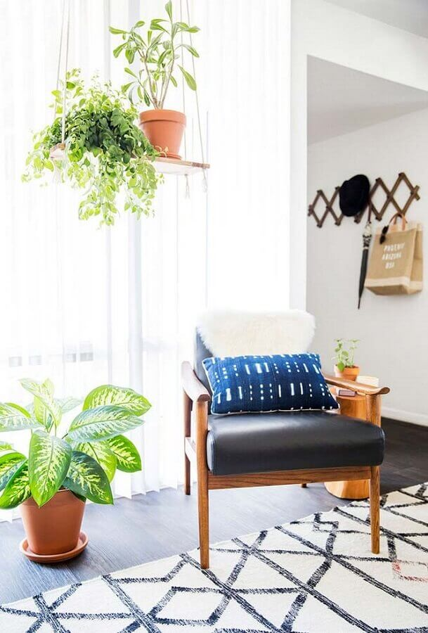 Vasos com plantas para decoração de sala com poltrona de couro e madeira Foto Decorie