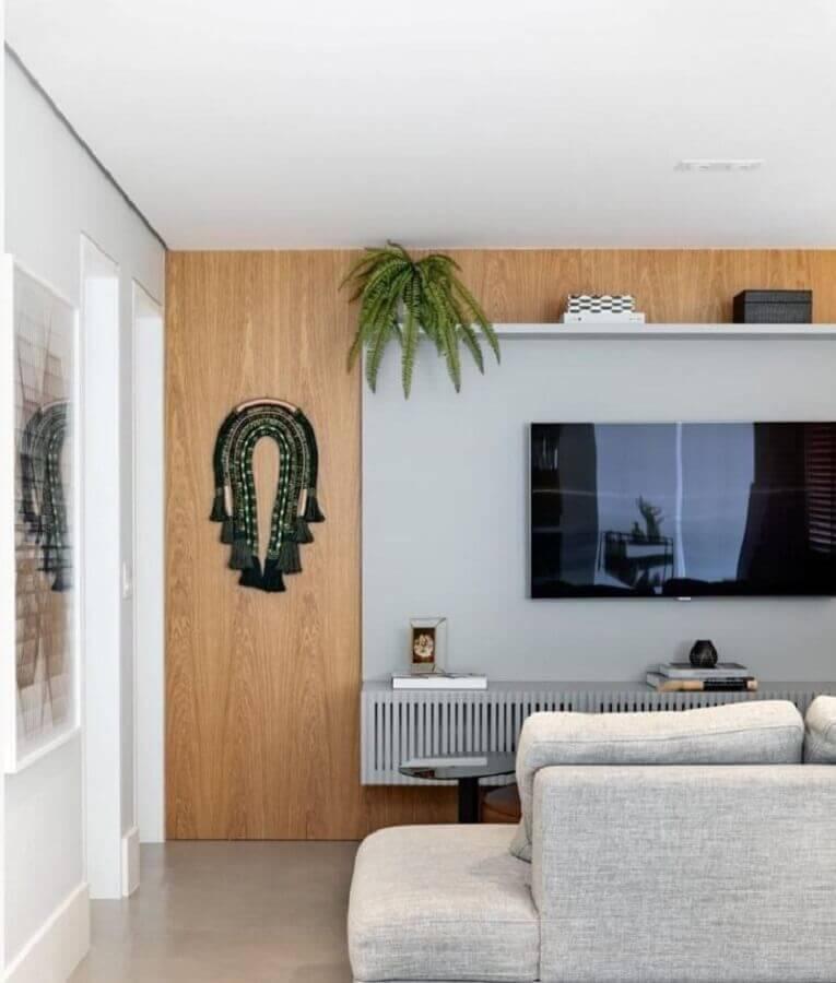Vasos com plantas para decoração de sala de TV moderna com painel cinza Foto Dudi Duarte