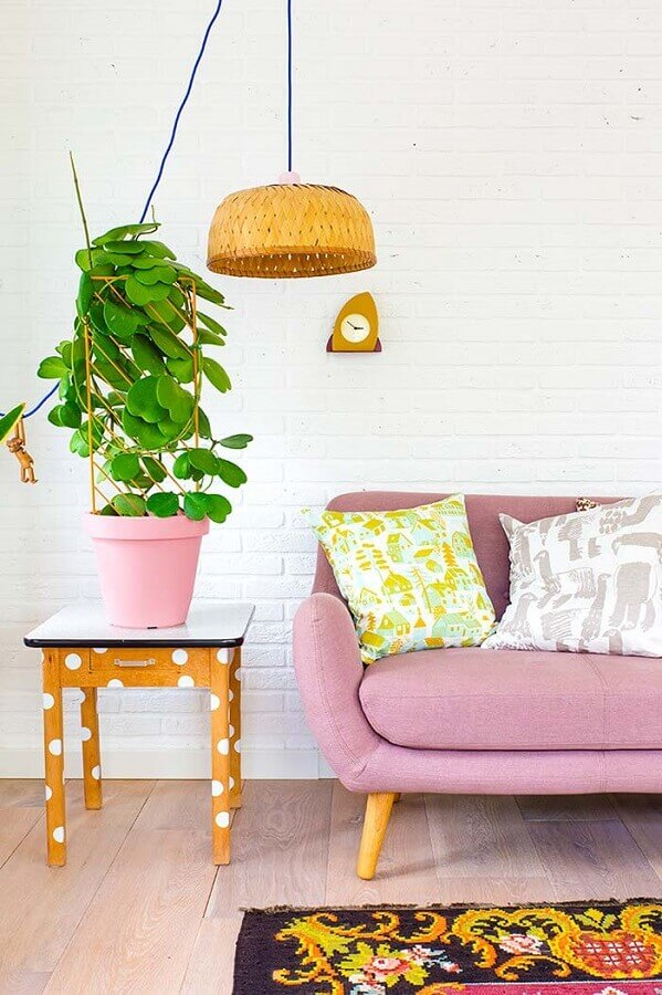 Vasos com plantas para decoração de sala de estar com sofa retro Foto Revista Artesanato
