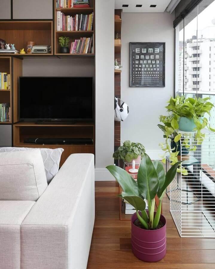 Vasos com plantas para decoração de sala moderna planejada com estante de nichos Foto Mandril Arquitetura