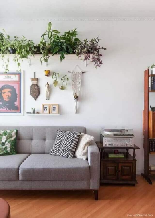 Vasos com plantas para decoração de sala simples com sofá cinza Foto Gisele Rampazzo