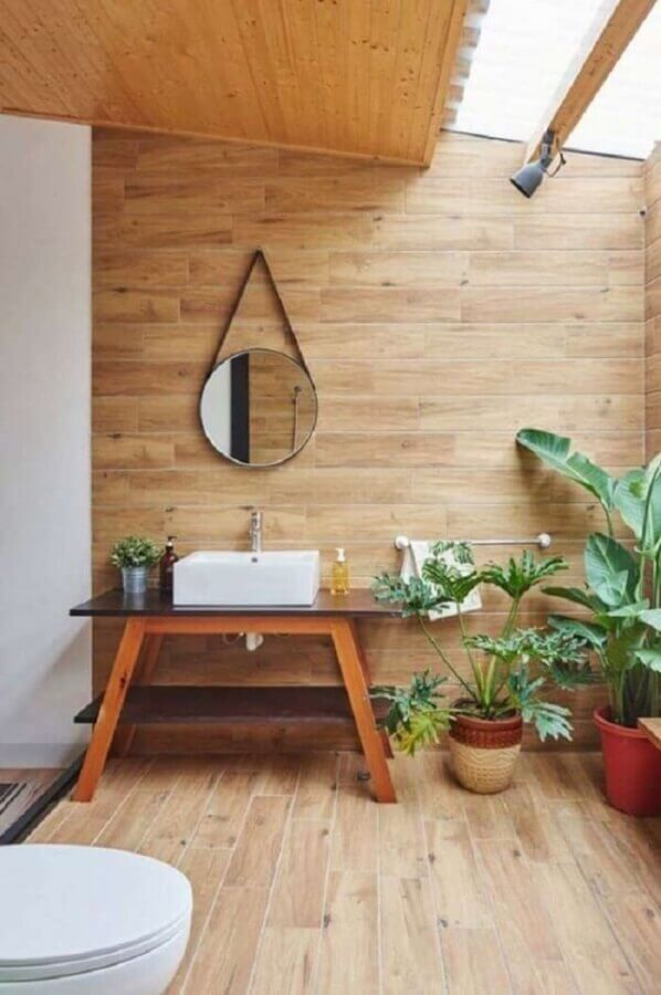 Vasos de plantas para decoração de banheiro com piso de madeira Foto Decor Fácil