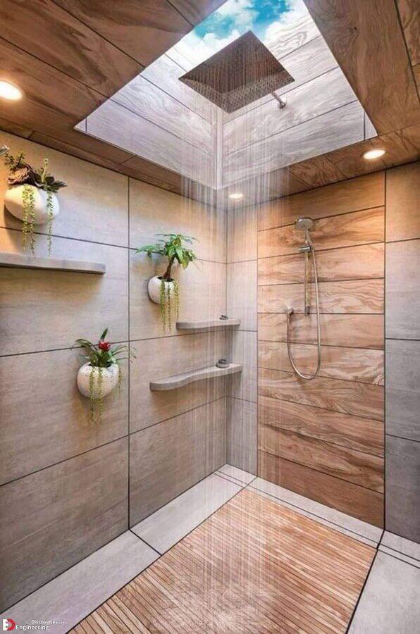 Vasos de plantas para decoração de banheiro com piso de madeira no box e claraboia Foto Home Fashion Trend