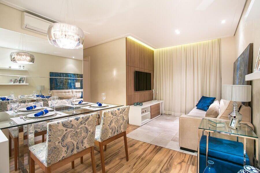 Decoração de sala de estar e jantar integradas com mesa de vidro e piso de madeira Foto Carolina Bernardi