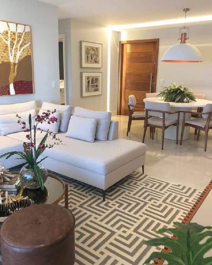 Cores claras para decoração de sala de estar e jantar integrada com luminária redonda e sofá de canto