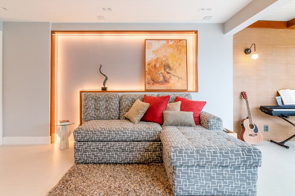 O detalhe na parede atrás do sofá traz requinte para o décor. Foto: Gustavo Bresciani