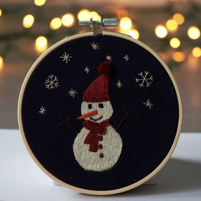 Crie lindos enfeites natalinos com o bastidor bordado. Fonte: Etsy