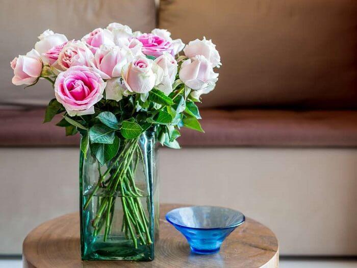 Decore diferentes ambientes da casa com vasos de flores. Fonte: Vila Mulher