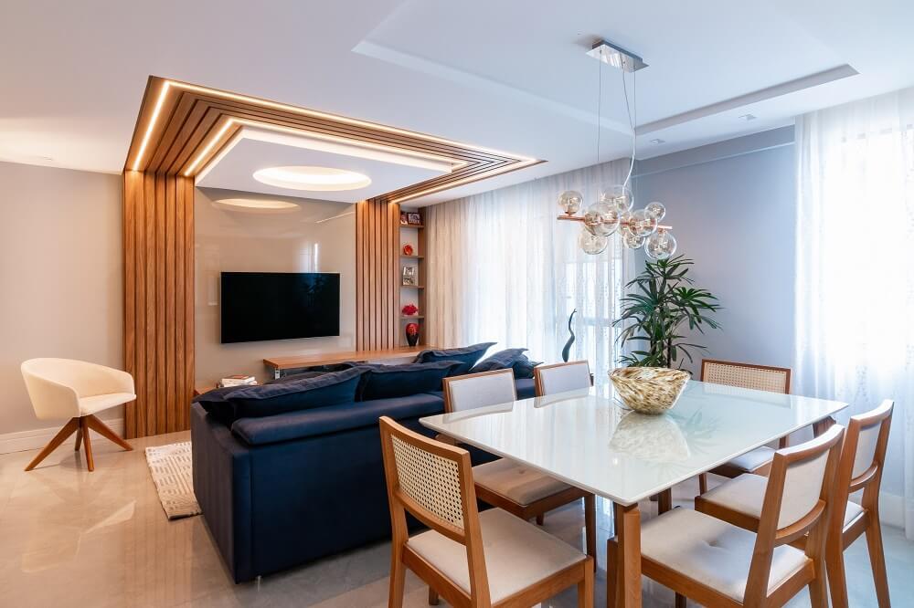 O pavimento intermediário integra os ambientes de sala de estar, sala de jantar e cozinha. Foto: Gustavo Bresciani