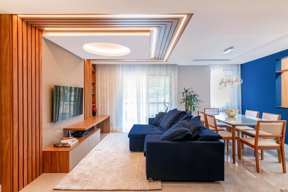 Elementos em madeira marcam presença no décor e delimitam a sala de estar. Foto: Gustavo Bresciani