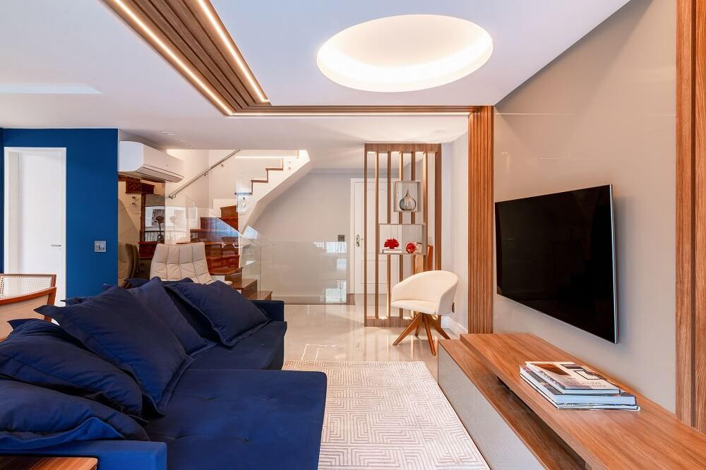 O sofá azul marinho retrátil se destaca na decoração da sala. Foto: Gustavo Bresciani