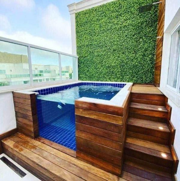 Aproveite para fazer uma piscina elevado no quintal pequeno e ganhar espaço para fazer cantinhos incríveis na decoração