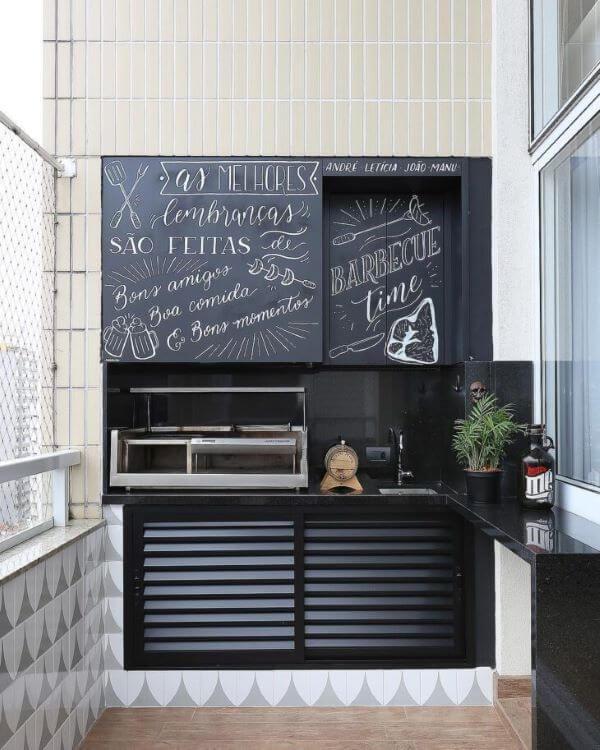 Área gourmet com lettering na parede