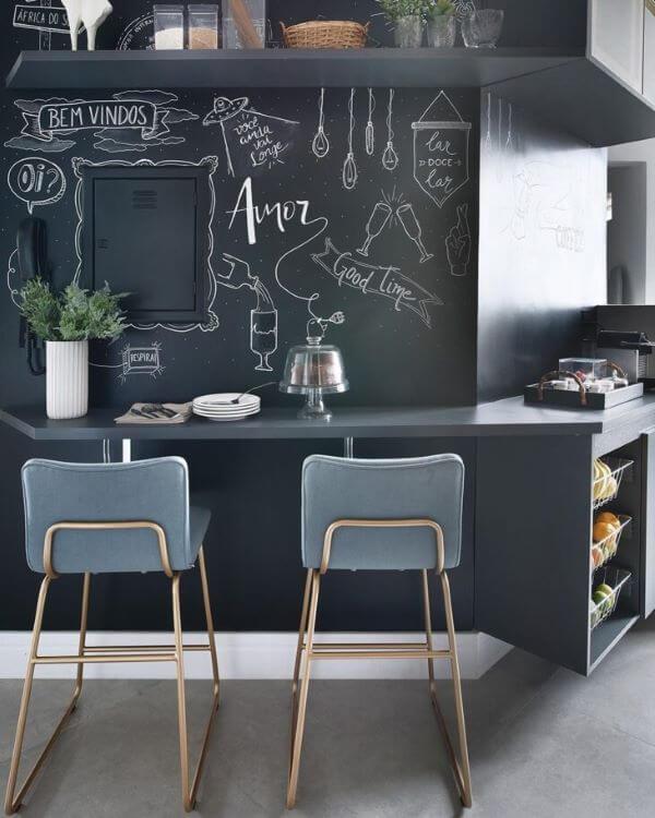Bancada de cozinha preta com lettering na parede