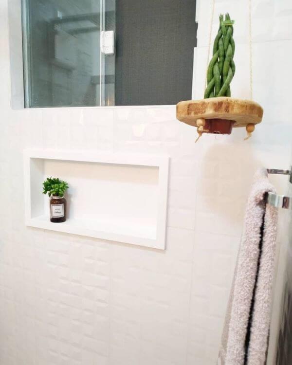 Banheiro branco com nicho de porcelanato