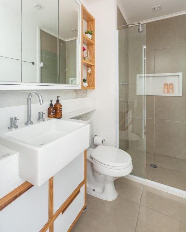 Banheiro branco e bege com nicho de porcelanato branco