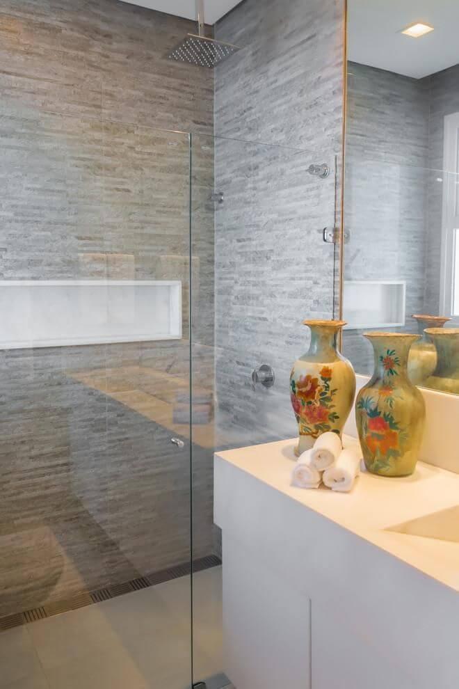 Banheiro cinza com nicho de porcelanato branco