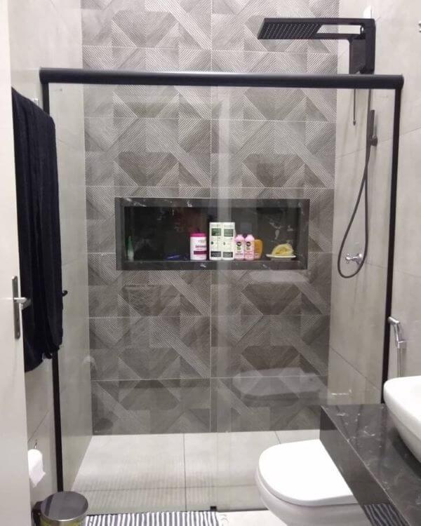 Banheiro cinza com nicho de porcelanato preto e decoração moderna