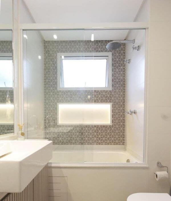 Banheiro com banheira e nicho de porcelanato na parede