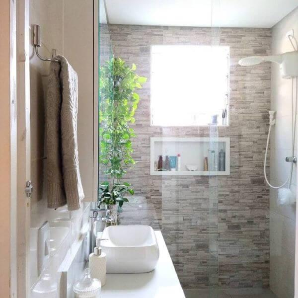 Banheiro com nicho de porcelanato branco