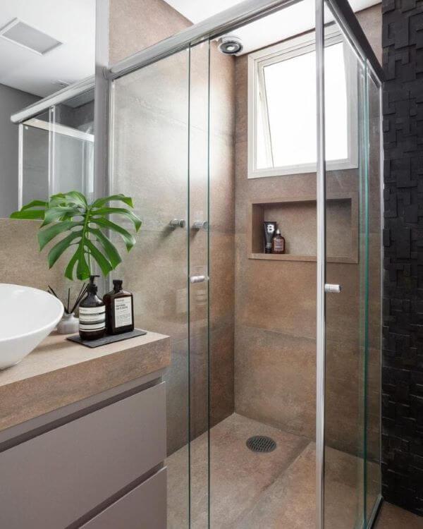 Banheiro com nicho de porcelanato do mesmo revestimento que a parede