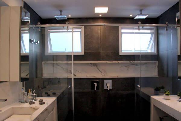 Banheiro grande com nicho de porcelanato marmorizado