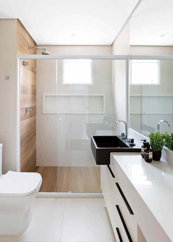 Banheiro minimalista com nicho de porcelanato branco