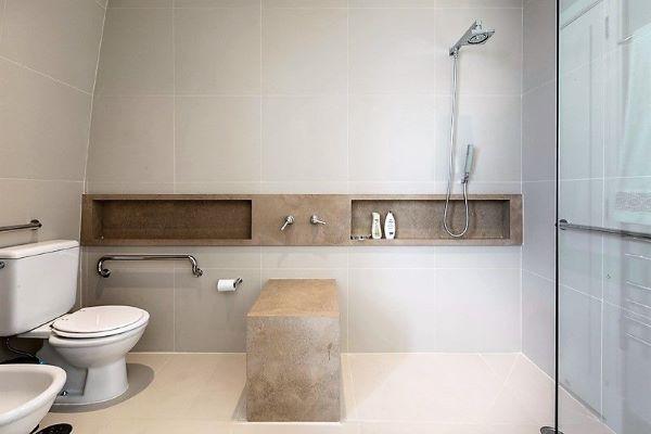 Banheiro moderno com nicho de porcelanato marmorizado bege