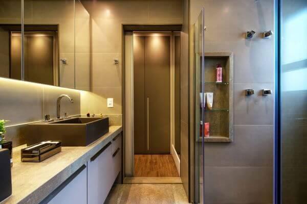 Banheiro moderno com nicho de porcelanato na parede e box de vidro