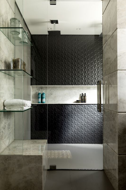 Banheiro preto e branco com nicho de porcelanato marmorizado