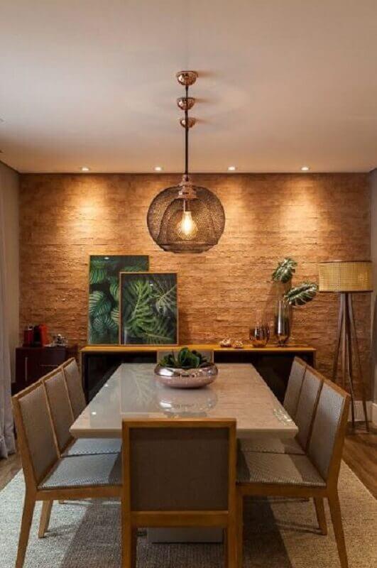 Buffet para sala de jantar decorada com abajur de chão e parede rustica Foto Jeito de Casa